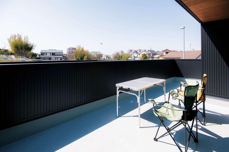 軒の天井に用いた木材は、黒のガルバリウムとも好相性。広めのバルコニーは、日常でもアウトドアレジャー気分を楽しめる