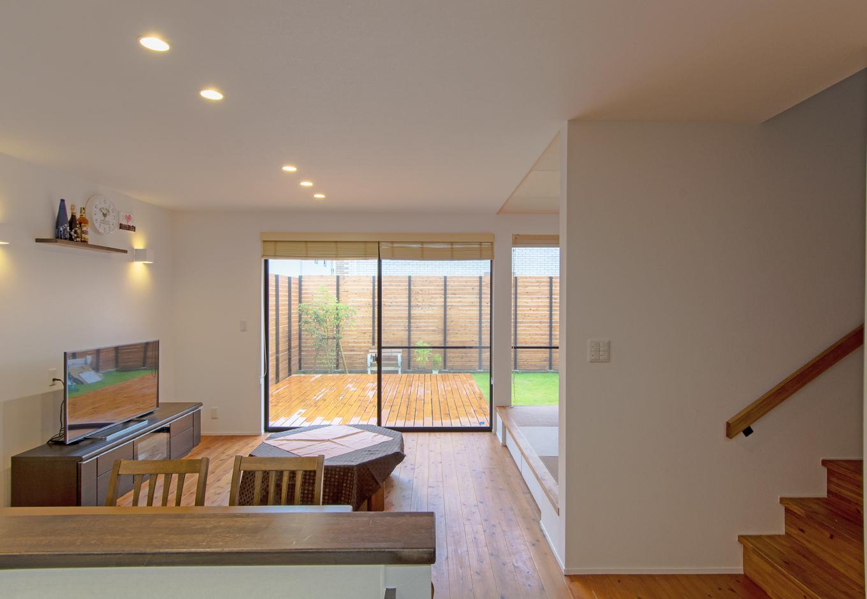 金子工務店/めぐみ不動産(アイフルホーム 沼津店)【デザイン住宅、趣味、自然素材】デッキにつながるリビングは開放的に。床は無垢材で温かみのある空間に仕上げた