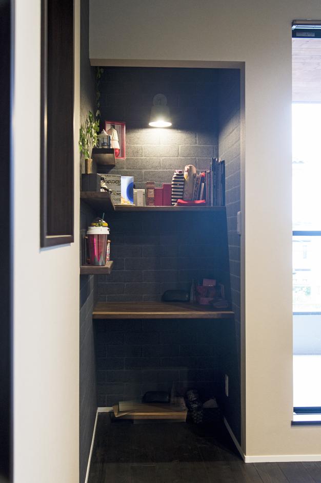 金子工務店/めぐみ不動産(アイフルホーム 沼津店)【デザイン住宅、趣味、自然素材】子ども部屋の一角に、お洒落なレンガ調のクロスを用いたワークスペースを設えた