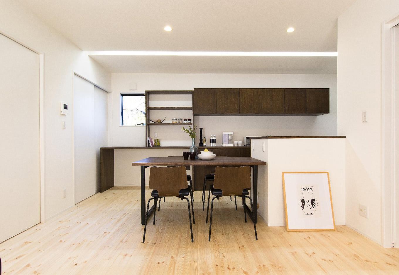 金子工務店/めぐみ不動産(アイフルホーム 沼津店)【デザイン住宅、自然素材、間取り】ダイニング。温かみのある無垢の床材を採用。1階はすべてパインで統一している