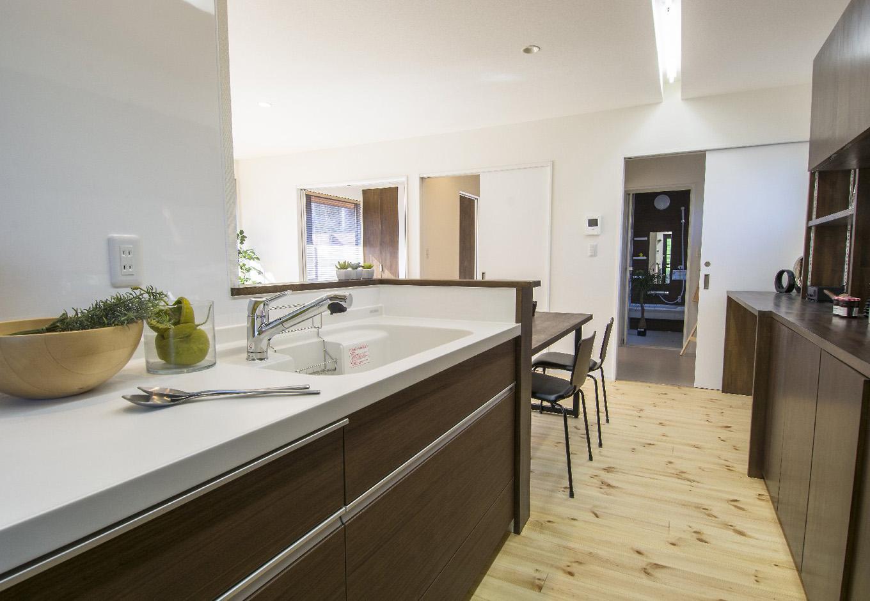 金子工務店/めぐみ不動産(アイフルホーム 沼津店)【デザイン住宅、自然素材、間取り】キッチンのすぐ横にバスルームがあるので家事動線がいい。奥様目線での提案は女性設計士ならでは