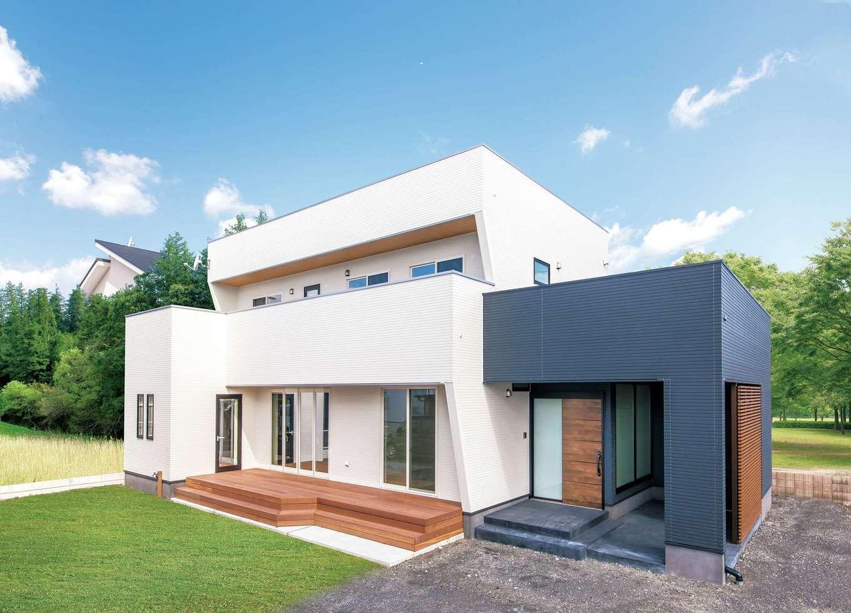 小玉建設【デザイン住宅、子育て、間取り】スタイリッシュな外観は、太陽光パネル(屋根)が見えないよう工夫がなされた。自転車置き場の土間の奥に物置がつくられているのも便利