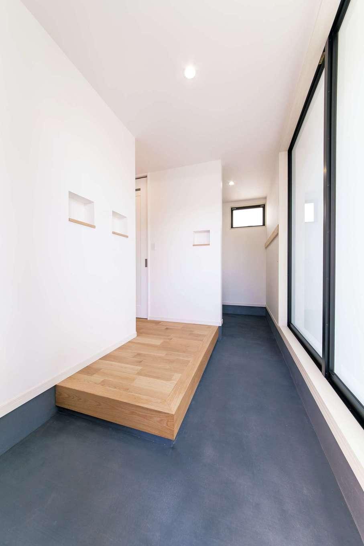 小玉建設【デザイン住宅、子育て、間取り】玄関は採光抜群。奥に収納スペースも