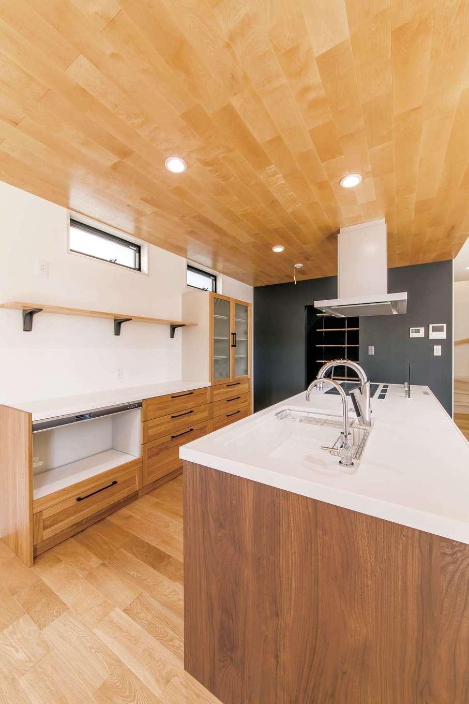 小玉建設【デザイン住宅、子育て、間取り】憧れのアイランドキッチンは三つ口IHコンロ。無垢のカップボードもお気に入り。パントリーは広さも十分