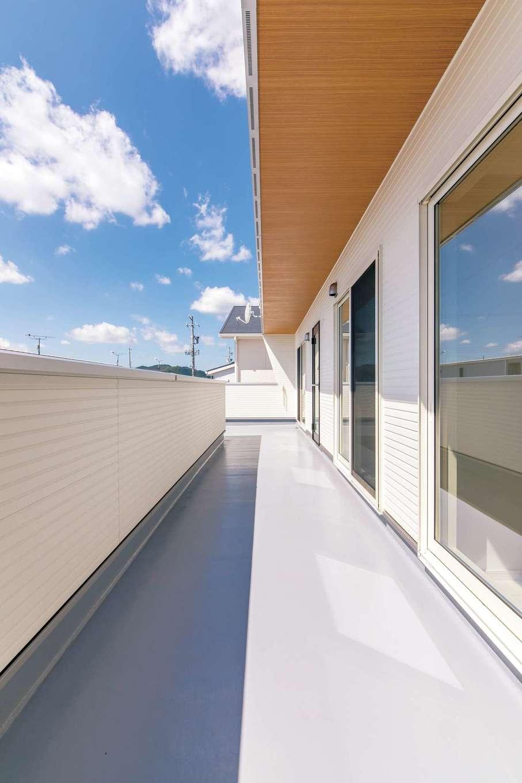 小玉建設【デザイン住宅、子育て、間取り】南側全面にバルコニーを設置。木目ボードの軒天がオシャレ