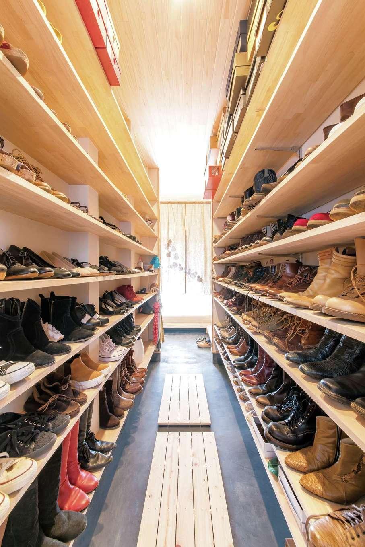 小玉建設【デザイン住宅、和風、自然素材】お店のように靴が並ぶのは、土間続きにあるシューズラック。持っている点数に合わせ設計した