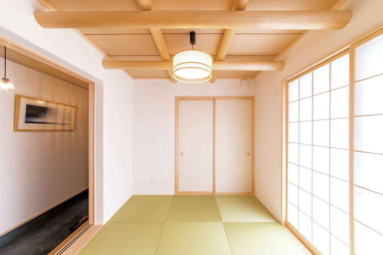 小玉建設【デザイン住宅、和風、自然素材】リビング横の和室。天井の丸太梁がアクセントに効いている