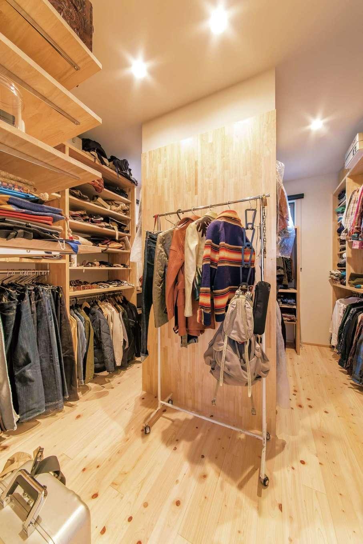 小玉建設【デザイン住宅、和風、自然素材】ご主人の服は寝室横のウォークインに。荷物を配慮して棚を造作。仕上がりは、まるでブティックのよう