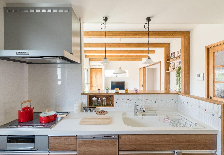 小玉建設【子育て、自然素材、間取り】キッチンからは1階全体と庭を見渡せる