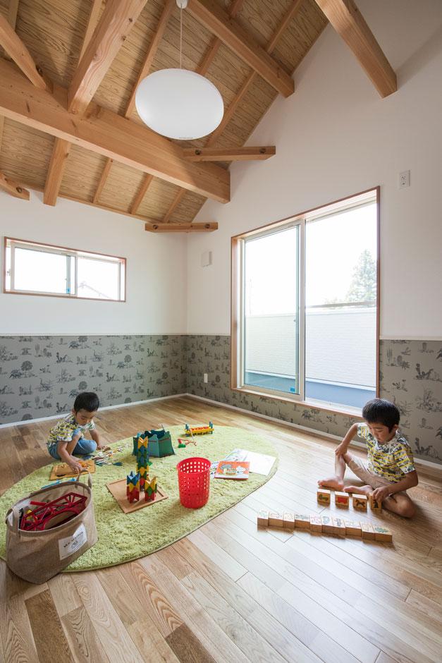 小玉建設【子育て、自然素材、間取り】勾配天井の開放感が気持ちいい子ども部屋。匠の技が冴える「太鼓梁」を活かしたモダンな空間に仕上がった