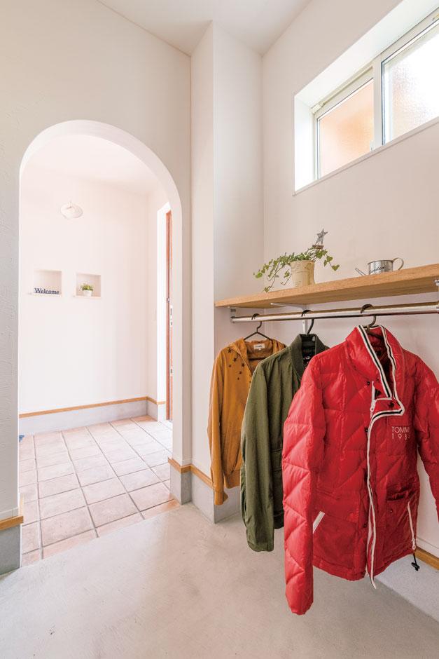 小玉建設【子育て、自然素材、間取り】関からシューズクローク&コート掛け、パントリー、キッチンへとしなやかにつながる動線と、出しやすくしまいやすい収納がポイント