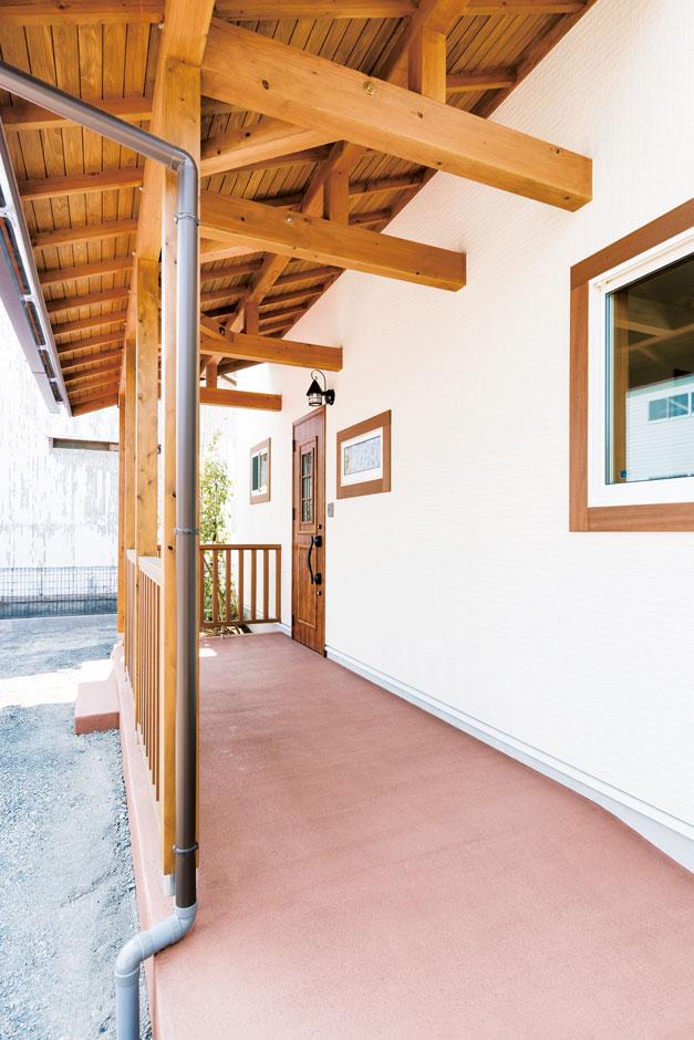 小玉建設【子育て、自然素材、間取り】モダンなデザインに程よく和が融合した玄関。立派な軒がポイント