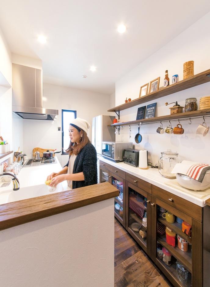 キッチン収納はフルオーダーメイド。家事の時間が楽しくなる仕上がりだ。松場さんのはか らいでパソコン用のカウンターも用意された