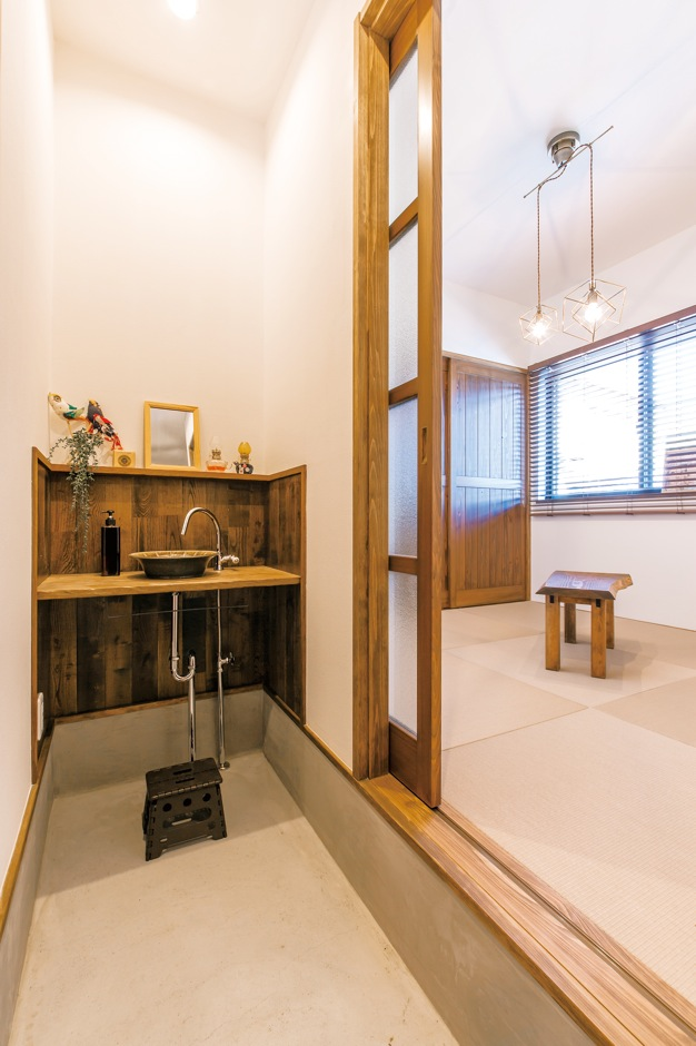 土間の玄関には大容量のシューズクローク と手洗い場。志戸呂焼の器もなじむ