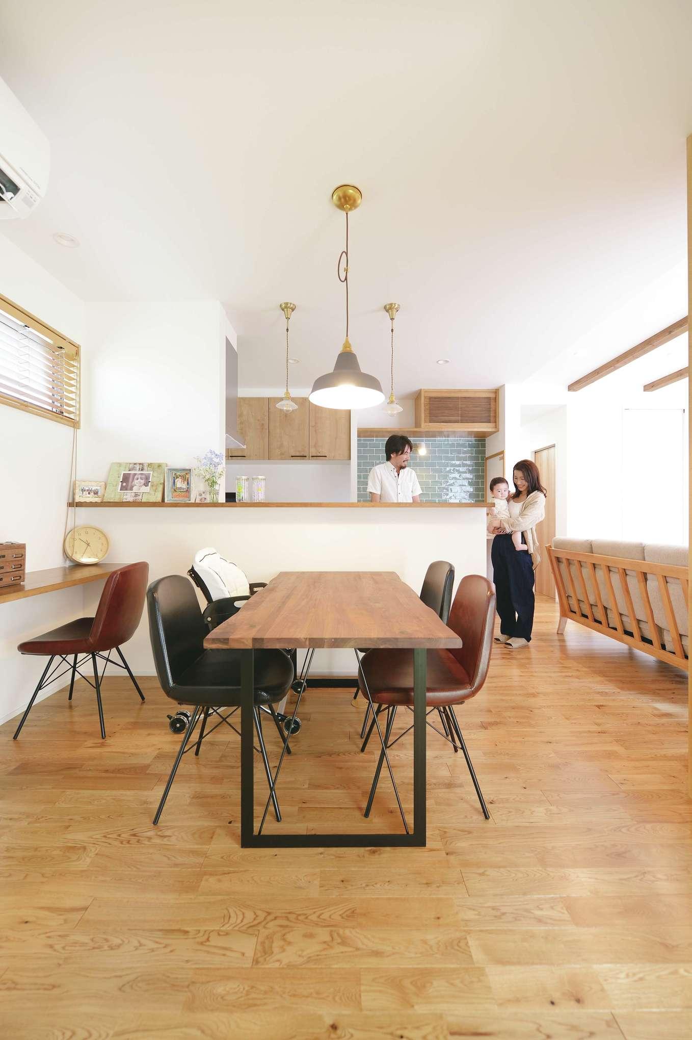 小玉建設【デザイン住宅、自然素材、間取り】無垢の床は子どもがハイハイしても安心。夫婦ともに子どもの頃からリビングで勉強するのが習慣だったので、カウンターデスクは当初からの希望で。キッチン収納もナチュラルな木調で統一している
