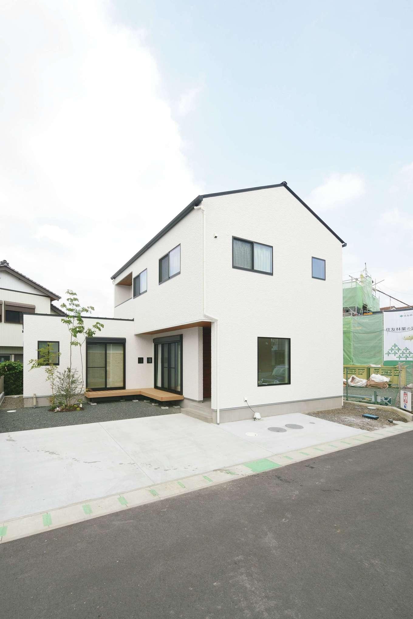 小玉建設【デザイン住宅、自然素材、間取り】外観も白を基調に。リビングと和室からはデッキへと続く。子どもがもう少し大きくなったら、バーベキューやプール遊びをするのが楽しみ