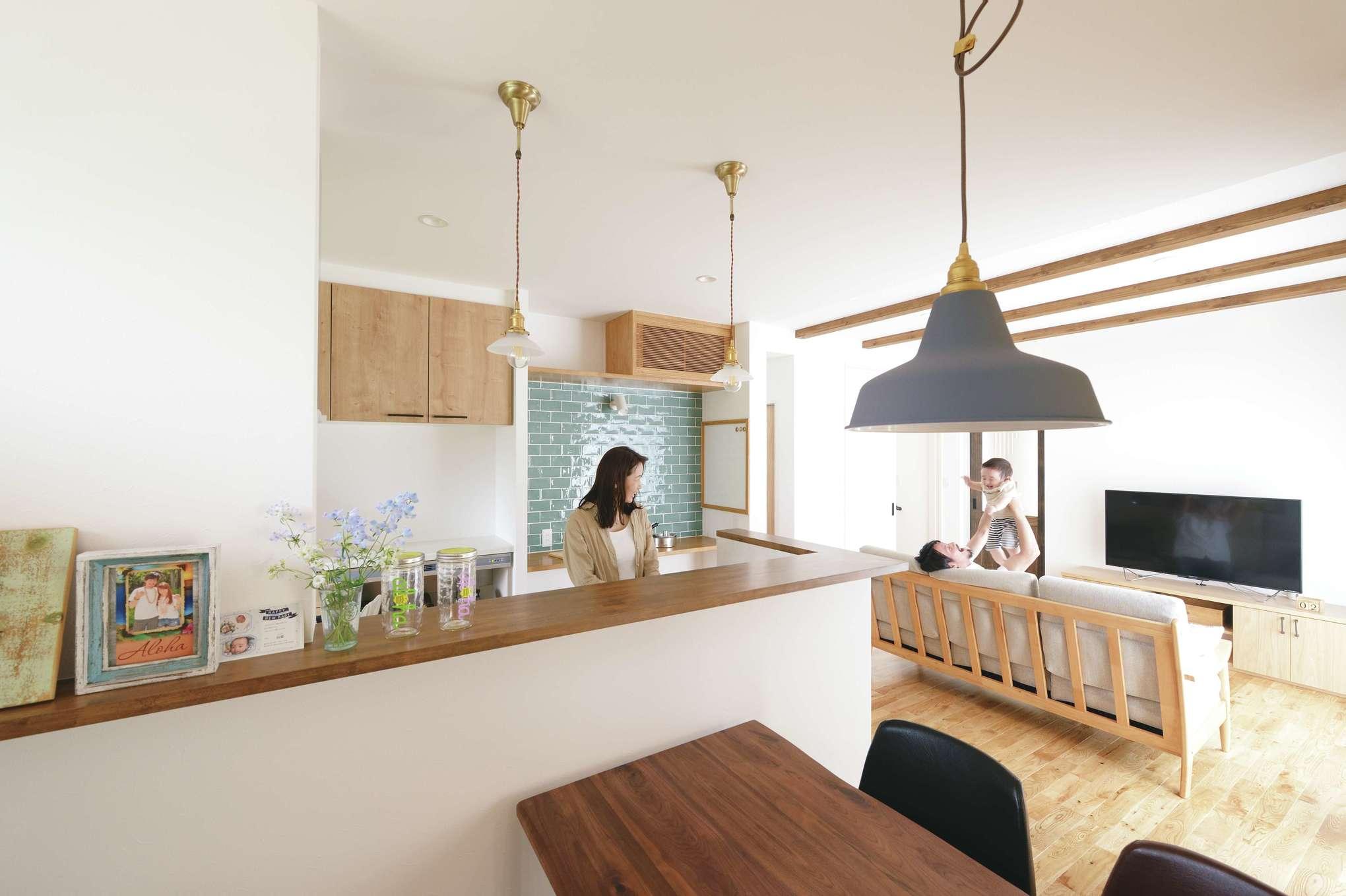 小玉建設【デザイン住宅、自然素材、間取り】ゆったりと広いリビング。天井の見せ梁もナチュラル感を醸す空間づくりに一役買っている。キッチンのそばに水回りを集約し、奥さまの家事負担を軽減