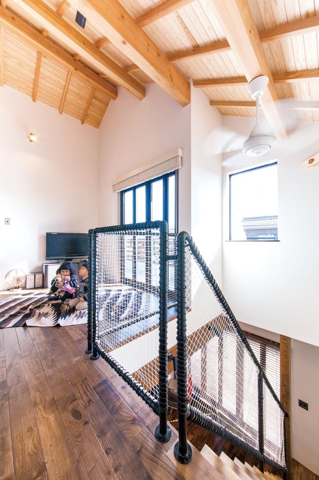 大らかさに包ま れる勾配天井の子ども部屋