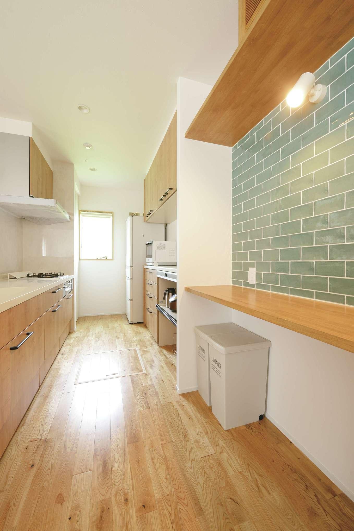 小玉建設【デザイン住宅、自然素材、間取り】作業台の壁面は掃除がしやすいようにタイル貼り。ギリギリまで悩んだ末に選んだというブルーグリーンのタイルは、ナチュラルカラーを基調としているLDKの中でアクセントカラーとして映えている