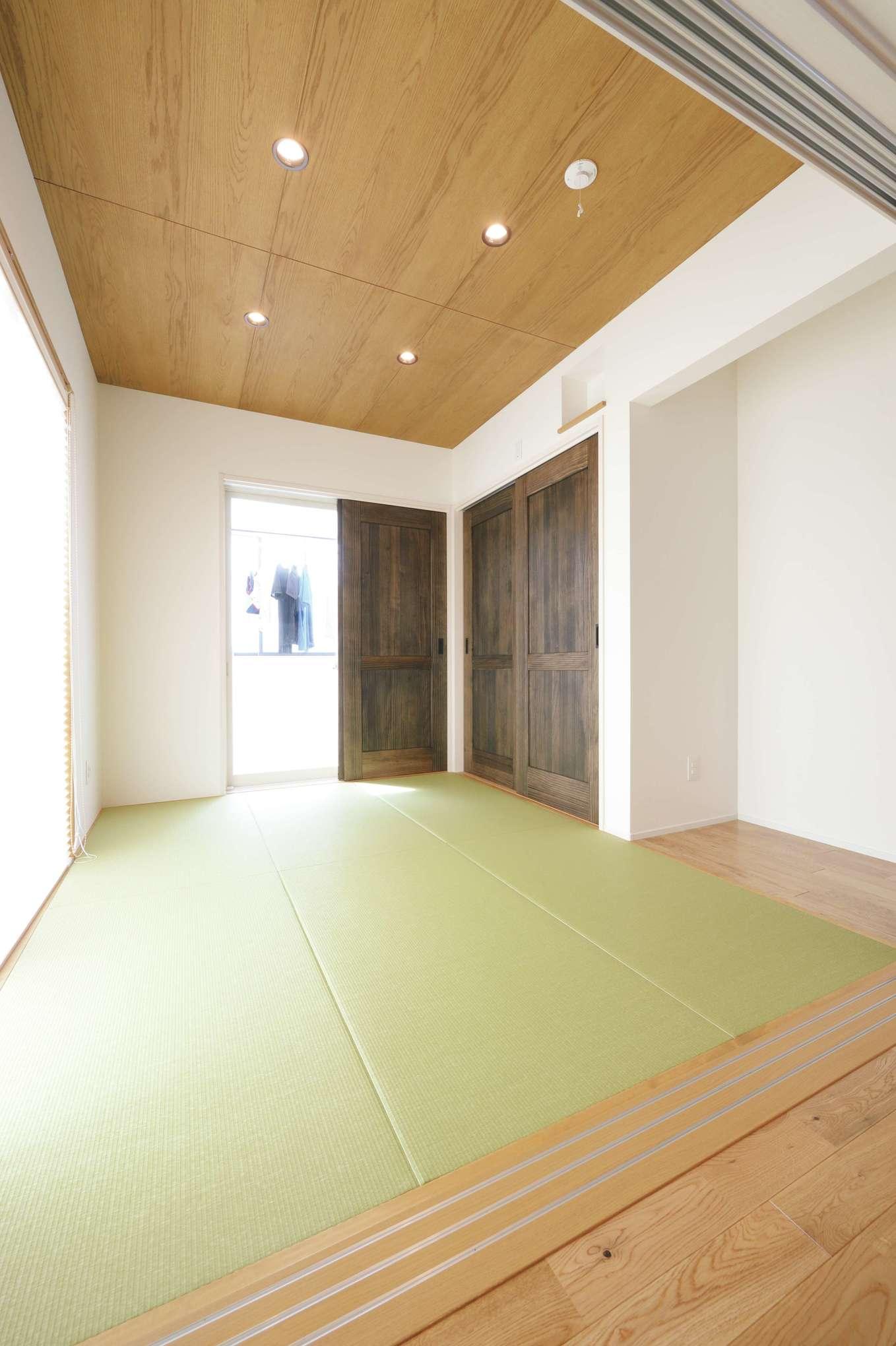 小玉建設【デザイン住宅、自然素材、間取り】バリアフリーの和室は洋風のインテリアにもマッチ。サンルームはサッシを取り付けて、インナーバルコニー式に。気密・断熱対策も万全