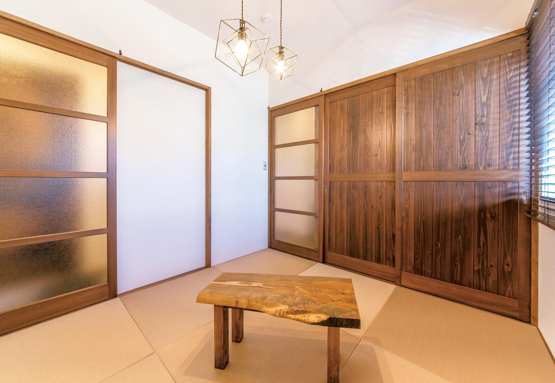 和室は土間をはさむように配置。離れのような雰囲気となり、お客さんが泊まってもお互いに気を使わずに 済む。どこか懐かしい建具は同社による造作。畳の微妙な色合いにまでこだわった