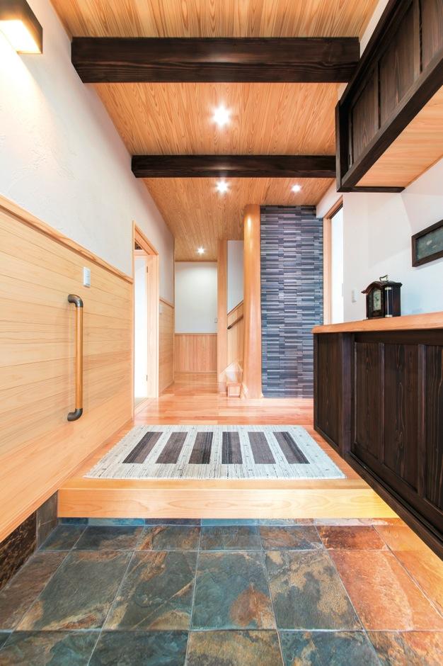 大きな丸太柱とモダンなタイルが目を引く玄関。靴箱も使いやすいようにと大工さんに作ってもらった