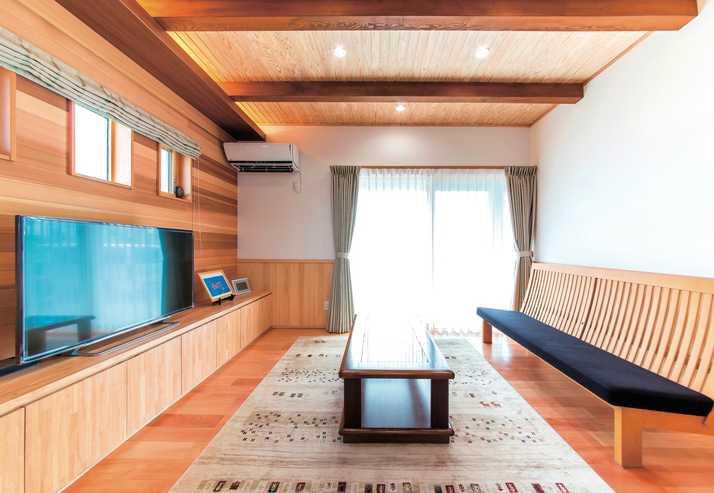 小玉建設【デザイン住宅、二世帯住宅、自然素材】家族が集まる1階のリビング。部屋が広く見えるようダウンライトを採用している。作り付けのテレビ台は収納力抜群