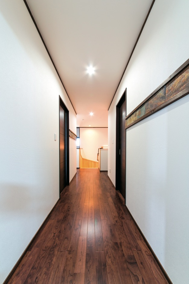 小玉建設【デザイン住宅、二世帯住宅、自然素材】玄関と同じ床石をインテリアの一部として2階廊下の壁に配した