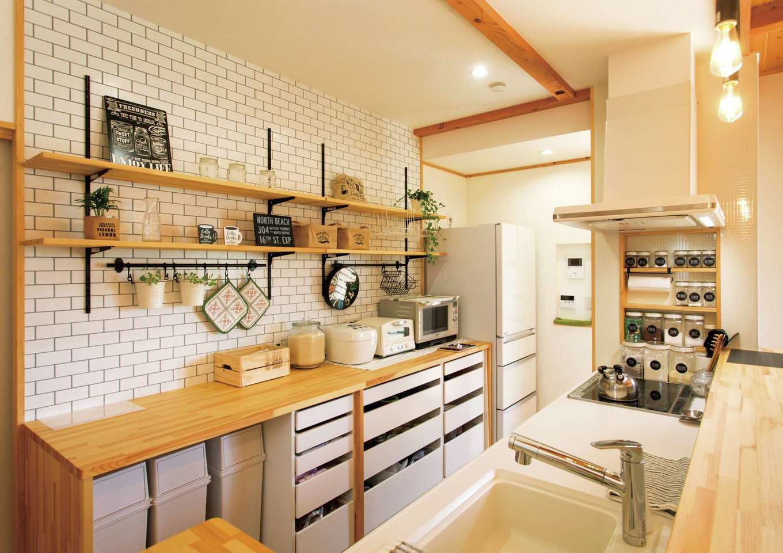 タツミハウジング【子育て、収納力、間取り】キッチンの背面の造作収納は奥さまの使い勝手に合わせてデザイン。ものがすっきり片付いて使いやすさも抜群