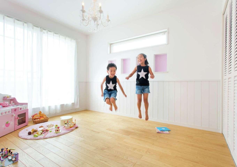 タツミハウジング【子育て、収納力、間取り】奥さまが雑誌やインスタグラムを参考に女の子の憧れを詰め込んだ長女の部屋。ピンクの壁のニッチやシャンデリアでプリンセス気分を味わえる