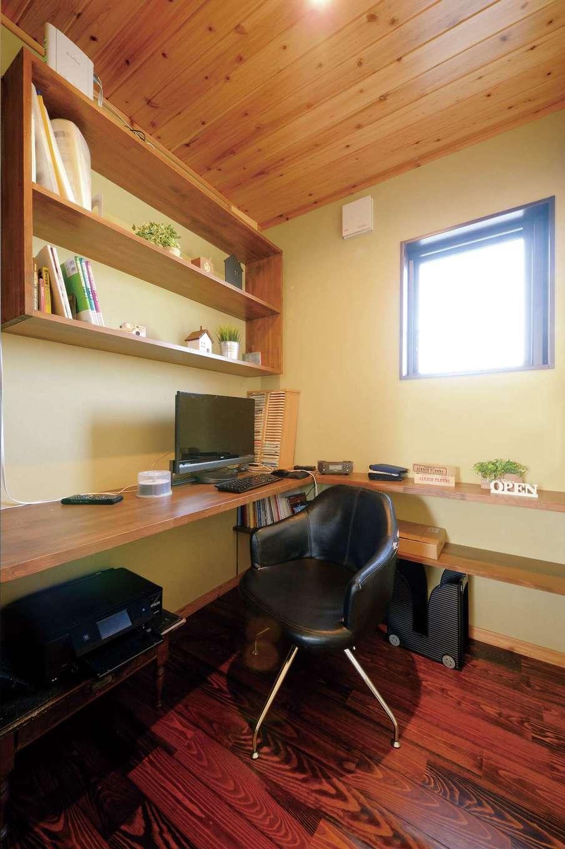 タツミハウジング【自然素材、省エネ、間取り】パントリーの隣に設けたミニ書斎。キッチンの隣にあるので、奥さまが事務仕事をする際も動線が便利
