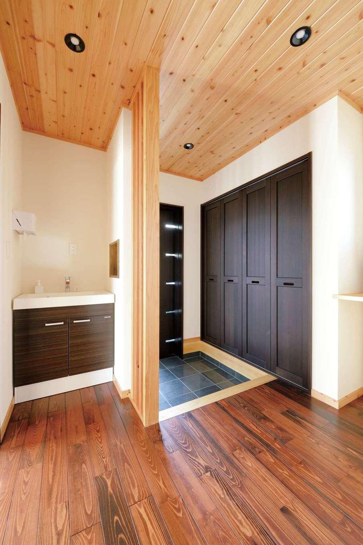 タツミハウジング【自然素材、省エネ、間取り】帰ったら手洗いを習慣づけるため、玄関ホールに手洗い場を設置