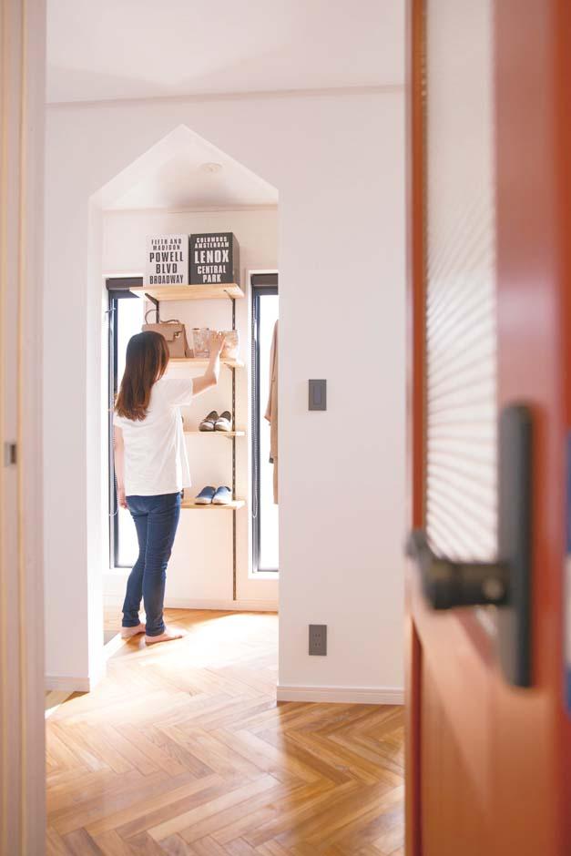 タツミハウジング【デザイン住宅、間取り、インテリア】リビングから眺めたシューズクローク。三角頭の出入口はご主人のアイデア