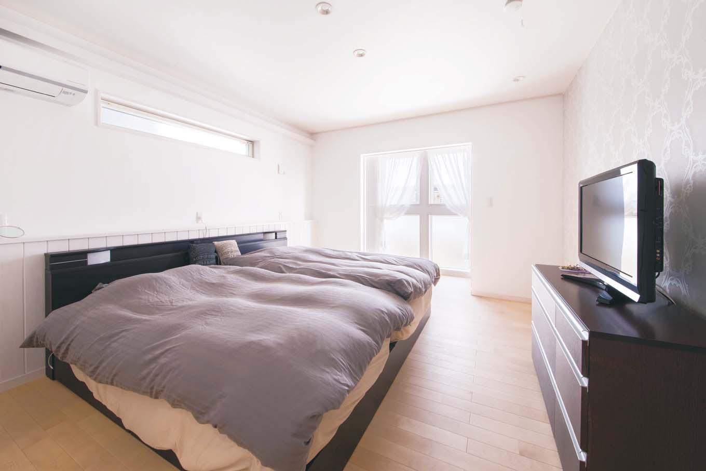 タツミハウジング【デザイン住宅、間取り、インテリア】寝室のアクセントウォールには上品な地模様のクロスを採用。南面に設けたランドリールームは白で統一。ウォークインクローゼットのクロスも含め、寝室は奥さま好みに演出