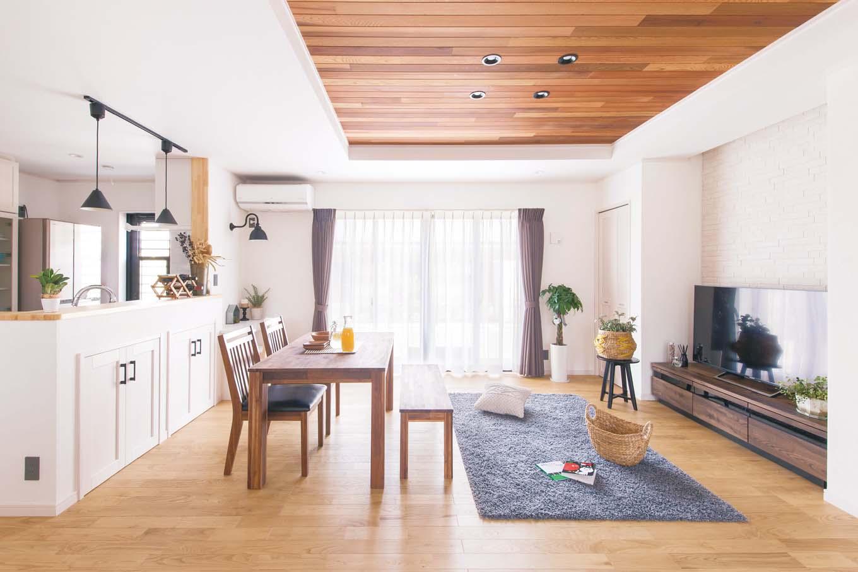 タツミハウジング【デザイン住宅、間取り、インテリア】クリの無垢の床と珪藻土、リビングの壁面に用いたエコカラットが調湿性を発揮し、梅雨時でも床がサラサラで空気もさわやか。見た目だけでなく快適性も抜群の空間が実現