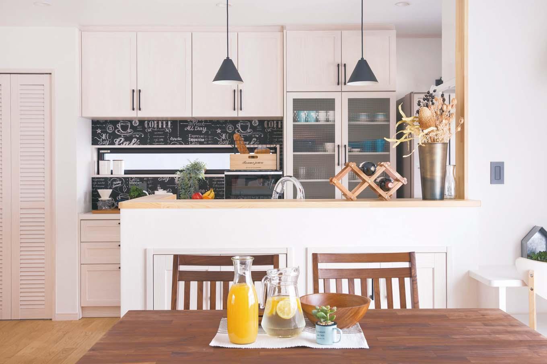 タツミハウジング【デザイン住宅、間取り、インテリア】キッチンに立つのが楽しくなるオシャレなダイニングキッチン。黒板風のクロスや照明の「黒」が空間を引き締めている