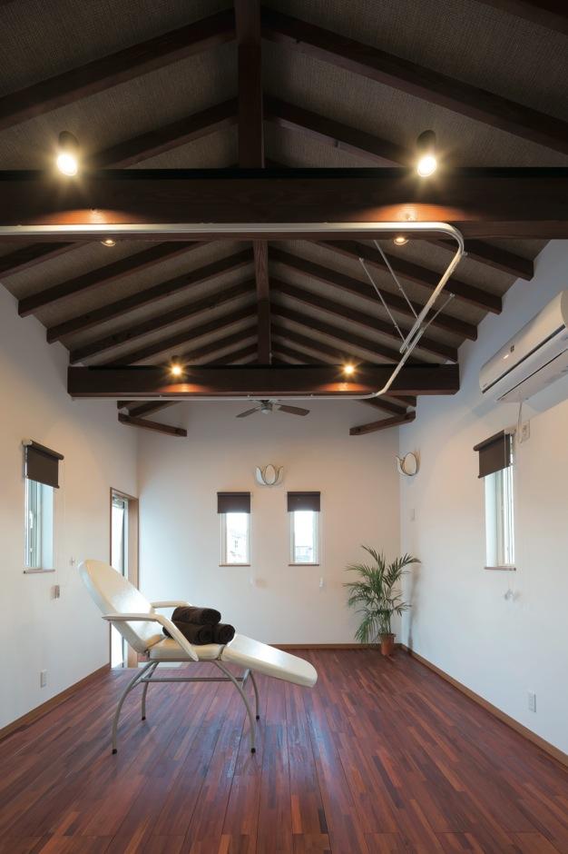 タツミハウジング【輸入住宅、趣味、自然素材】アジアンリゾートをイメージした12畳のリラクゼーションルーム。梁の雰囲気に合わせて床に高級感漂うカリン材を採用した