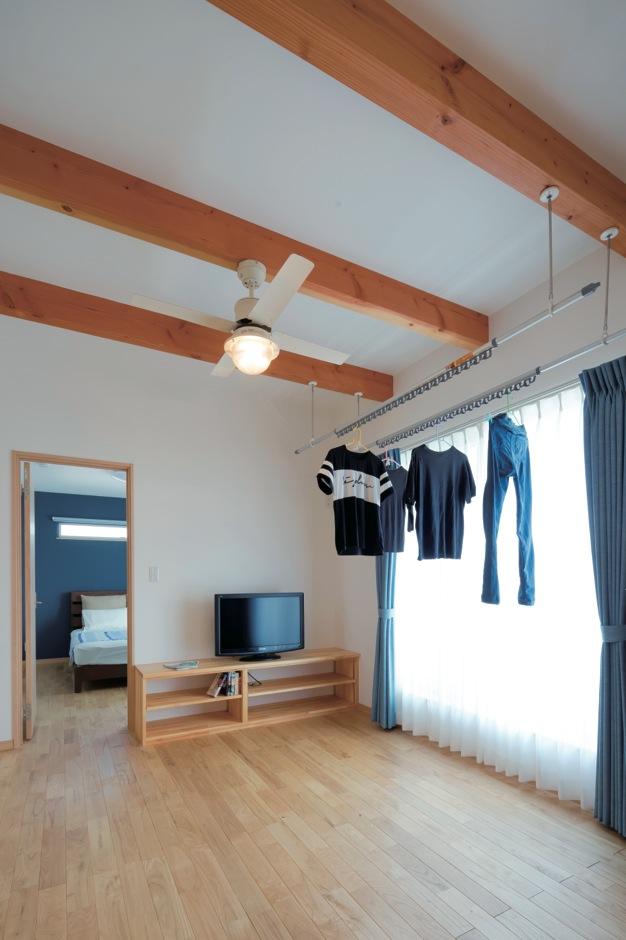 タツミハウジング【輸入住宅、趣味、自然素材】2階フリールームはセカンドリビングとして使用。日当たり抜群で室内干しにも最適