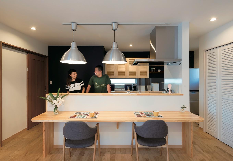 タツミハウジング【輸入住宅、趣味、自然素材】ご主人も自然に手伝いたくなるカフェスタイルのアイランドキッチン。大ぶりなIKEAのペンダントライトもベストマッチ