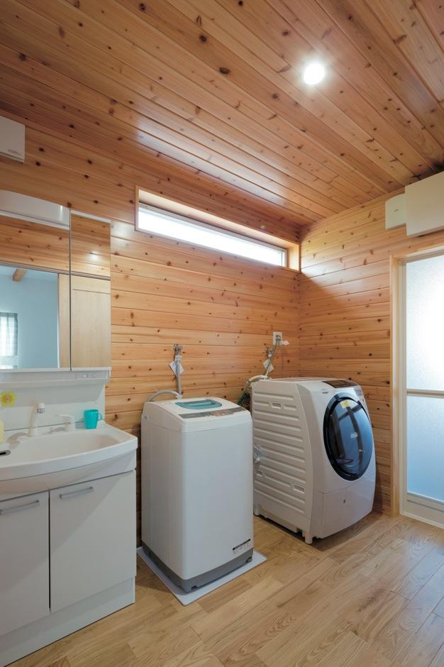 タツミハウジング【輸入住宅、趣味、自然素材】無垢の杉板張りでログハウスのような空間に仕上がった洗面脱衣室。家庭用と店舗用に分けて2台の洗濯機を用意した