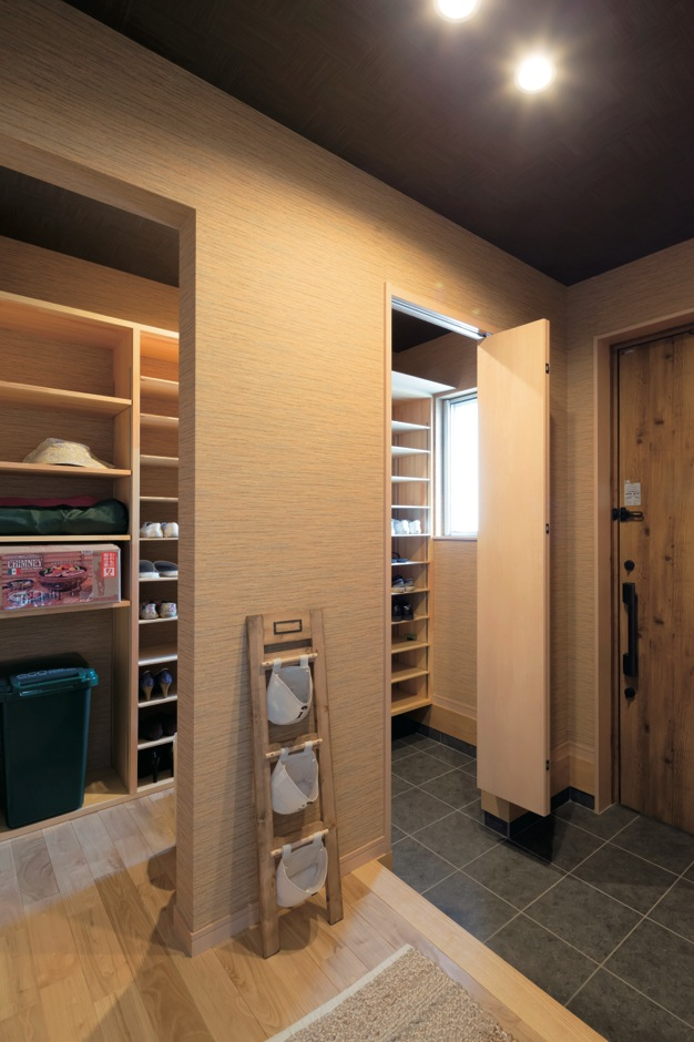 タツミハウジング【輸入住宅、趣味、自然素材】シューズクロークをたっぷり確保して、玄関ホールはいつもスッキリ