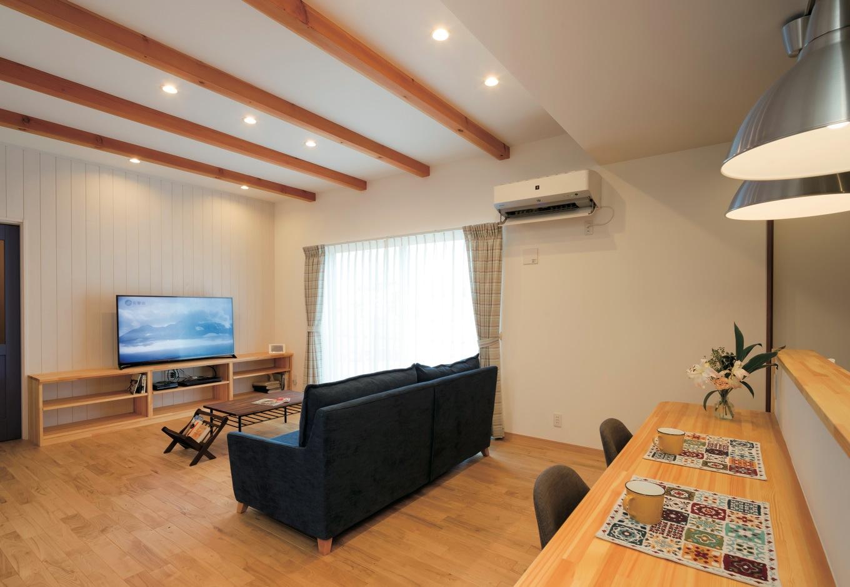 タツミハウジング【輸入住宅、趣味、自然素材】光と風がやさしく微笑むLDK。TVボードとカウンターは造作