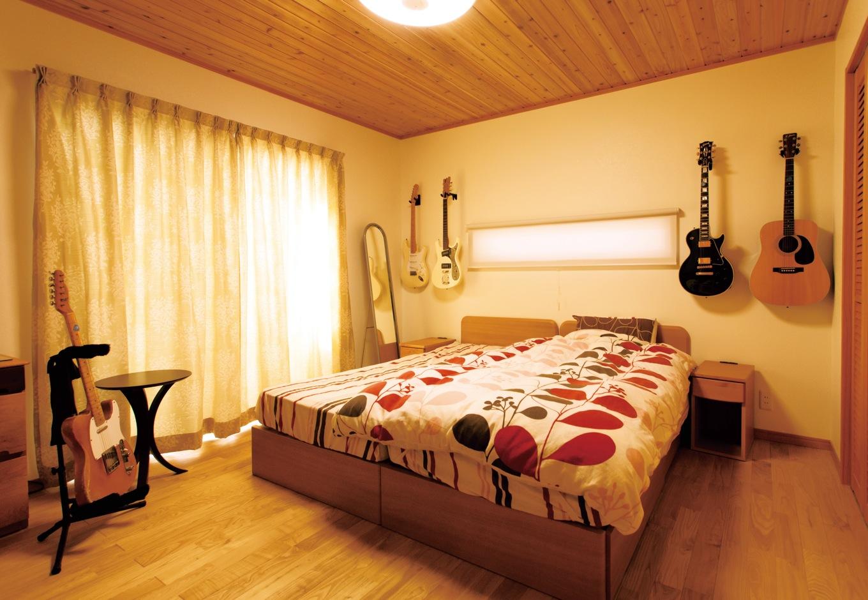タツミハウジング【収納力、自然素材、間取り】1階の主寝室には、ご主人自慢のギターが何本も飾られている。中でもお気に入りは、ご主人と同い年のフェンダーUSA