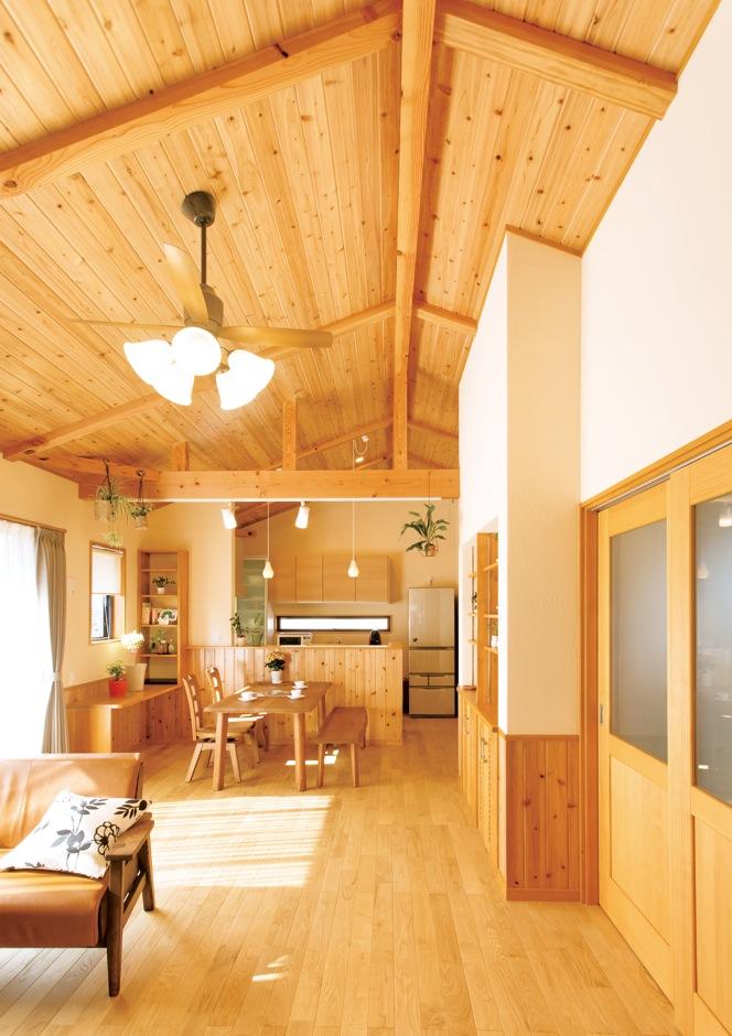タツミハウジング【収納力、自然素材、間取り】勾配天井のLDKは、一番高いところで高さ約4メートルほどもあり、開放的。2階に設けたことにより明るく、理想通りの快適な空間となった