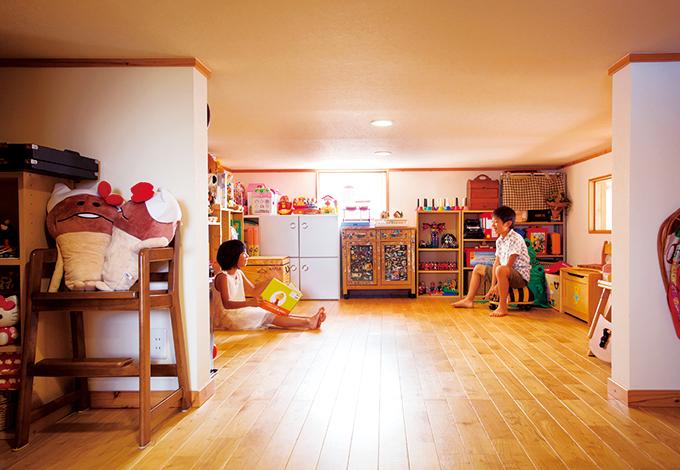 タツミハウジング【子育て、自然素材、スキップフロア】中2階のプレイルームは16畳。おもちゃが全て収まり、子どもたちは友達を真っ先にここへ案内する。階下に伝わる足音の大きさが元気度のバロメーターになる