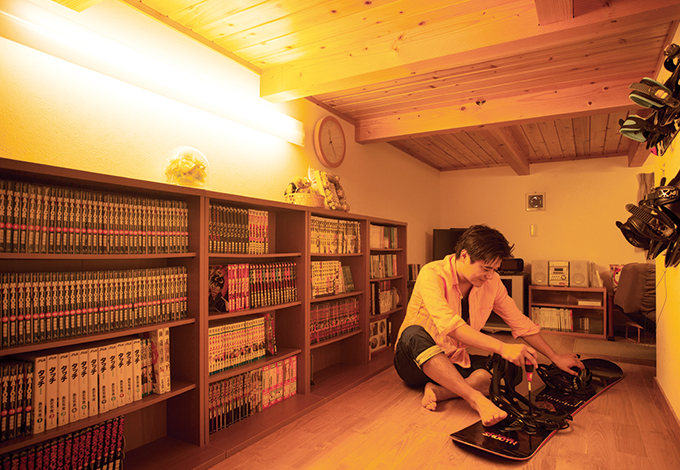 タツミハウジング【子育て、自然素材、スキップフロア】中2階のもう一つの空間はご主人の書斎。「男の隠れ家」と言いたいところだが、子どもたちがWiiを楽しむために占領されることも多い