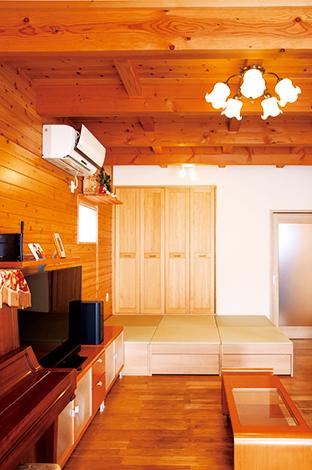 タツミハウジング【子育て、自然素材、スキップフロア】畳コーナーは可動式で、増設や取り外しも自由自在。畳の下は収納。ここでゴロンと寝転んだり、来客時の腰掛けにもなる