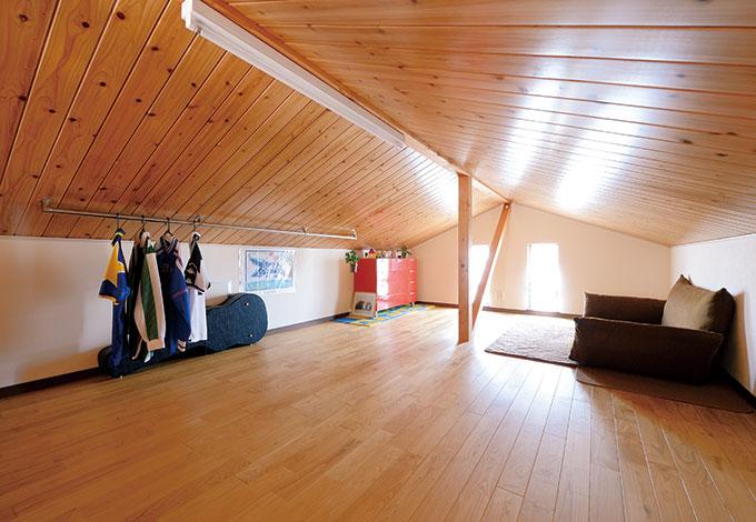 タツミハウジング【1000万円台、子育て、自然素材】16畳のロフトは子どもの 友達に大人気の場所。将来はご主人の隠れ家として利用する予定