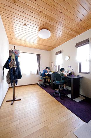 タツミハウジング【1000万円台、子育て、自然素材】長男と次男の机を並べた子ども室。天井と床の木の風合いを活かした飽きのこないシンプルなデザイン