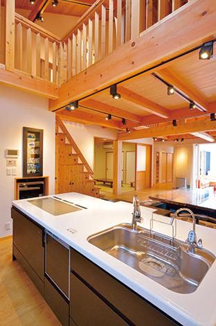 タツミハウジング【収納力、自然素材、屋上バルコニー】キッチンは壁付けのⅠ型とアイランド型を提案。電子レンジ置き場をビルトインにして生活感を排除するなど、参考にしたい工夫がいっぱい